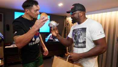 Photo of Watch heartwarming second Dereck Chisora brings Oleksandr Usyk a burger within the dressing room as pair present respect after gruelling struggle